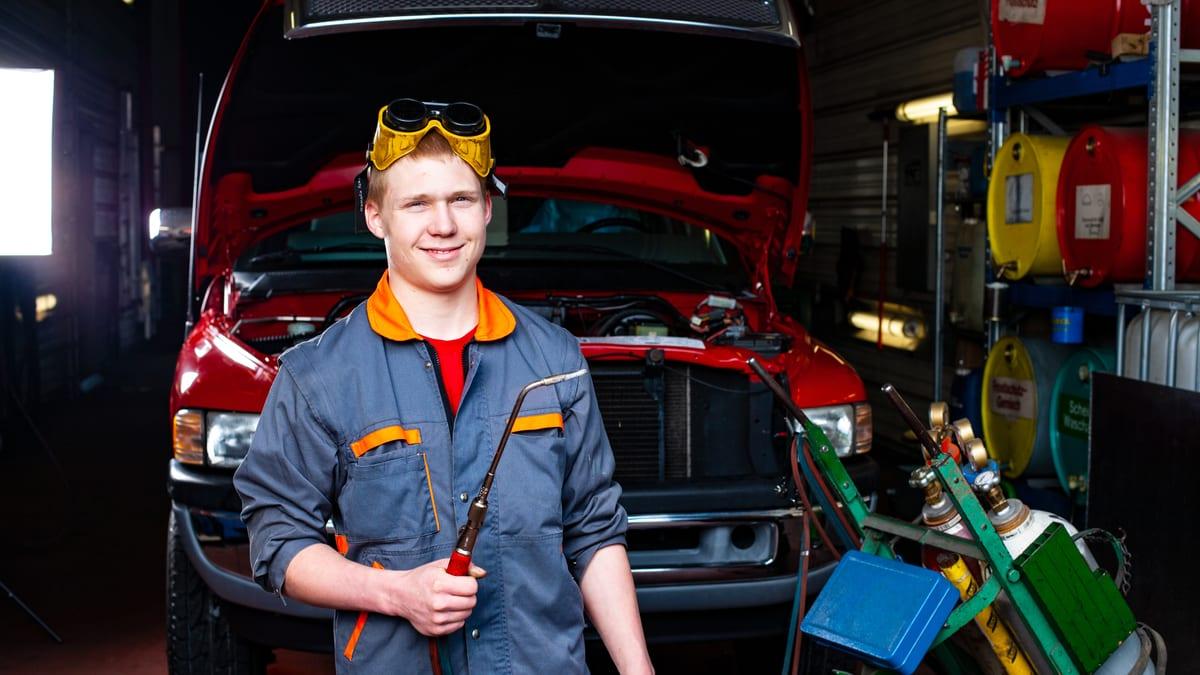 Automobil-Fachmann EFZ hält Schweissgerät