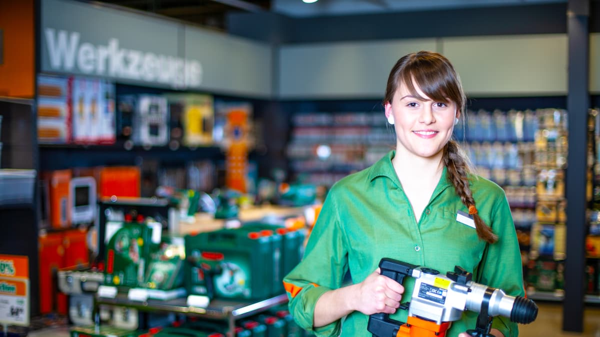 Lernende Detailhandelsfachfrau( Do-it-yourself) hält eine Bohrmaschine