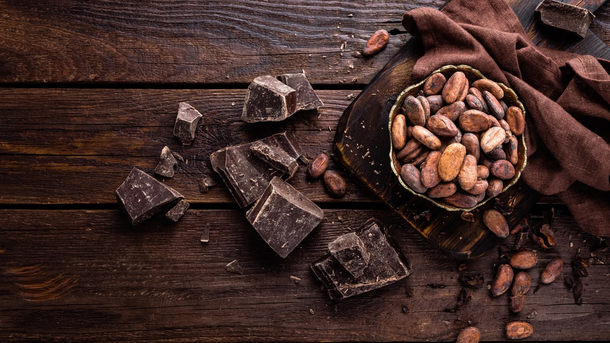 Schokoladenstücke und Kakaobohnen von oben