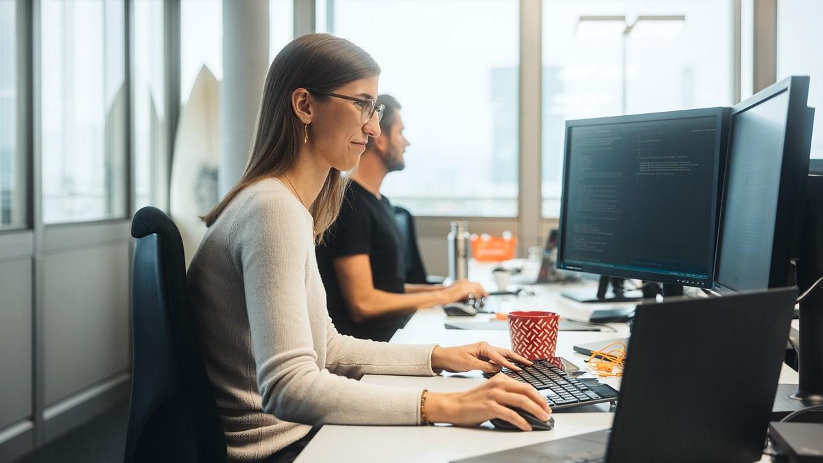 Frau an Arbeitsplatz