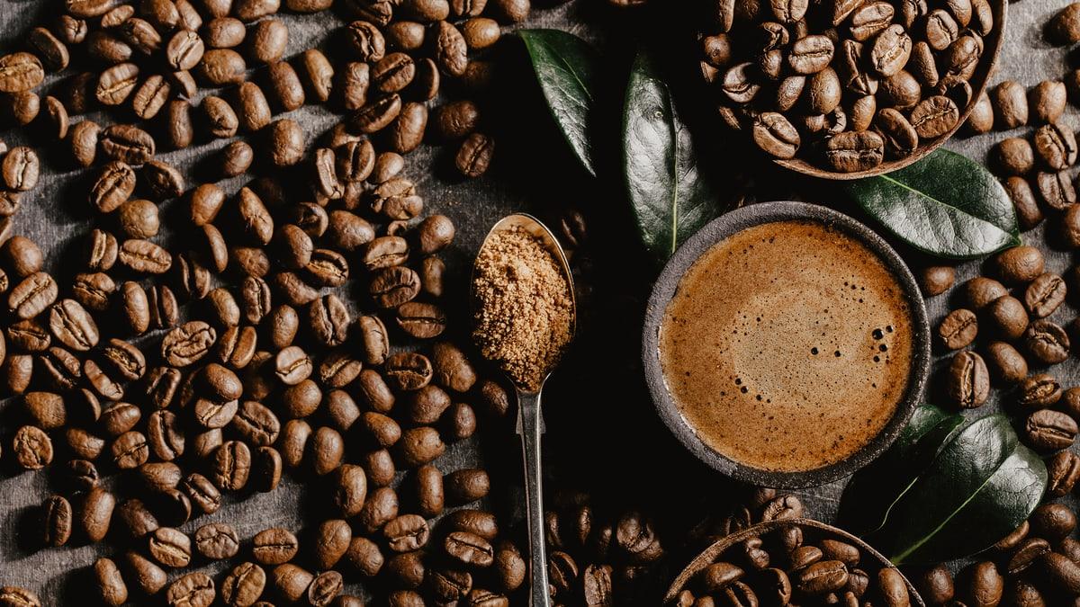 Kaffeebohnen mit Löffel