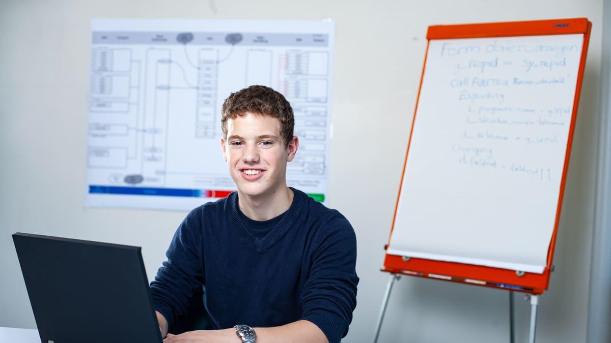 Lernender Informatiker Fachrichtung Applikationsentwicklung tippt auf einem Laptop
