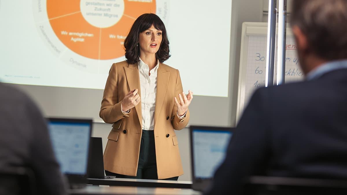 Frau bei einer Präsentation