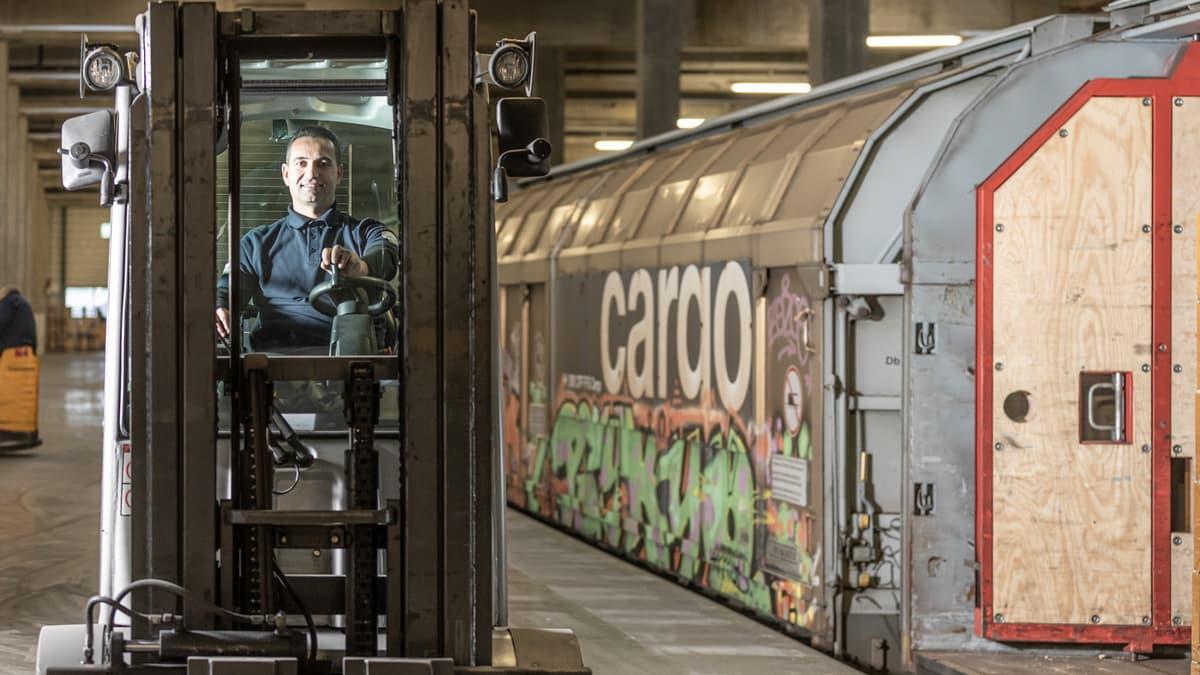Logistikmitarbeiter bei Warenverlad in Bahn