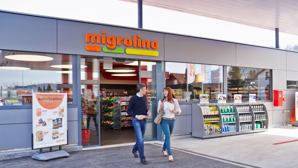 Migrolino Shop mit Kunden am Ausgang
